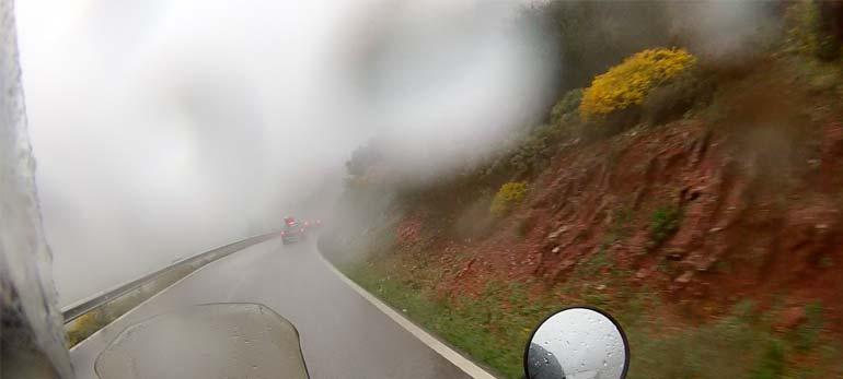 Curveando en la moto con lluvia