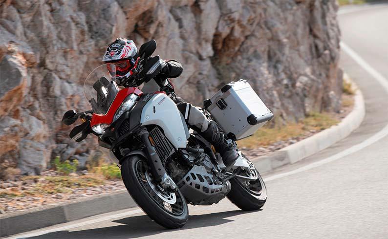 Ducati 1290 en carretera de curvas