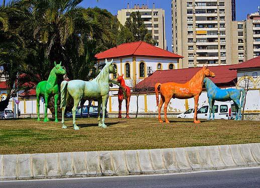 Rotonda de caballos de colores